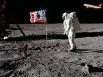 Neil Armstong ayda bayrak töreninde.