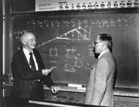 Şekil 1. Linus Pauling (solda) ve David Shoemaker, 1983'te Oregon Eyalet Üniversitesi'nde (Kaynak: Oregon Eyalet Üniversitesi arşivleri)