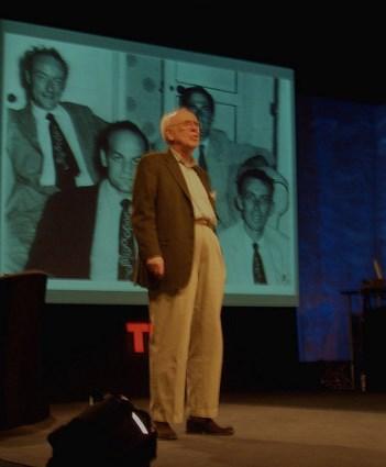 Şekil 4. James Watson eski bir fotoğrafının görüntüsü önünde, TED konuşmasında (Fotoğraf: Flickr)
